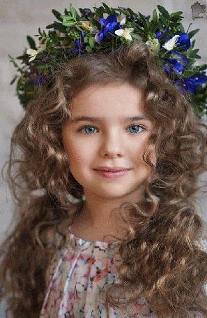 Анимация Голубоглазая девочка в венке из цветов, Олечка