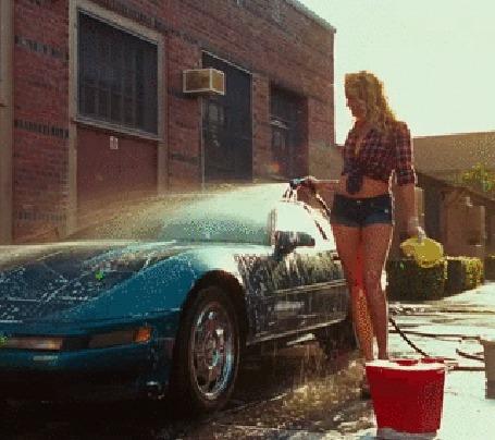 Анимация Девушка моет автомобиль и брызгает на себя (© phlint), добавлено: 15.09.2015 09:50