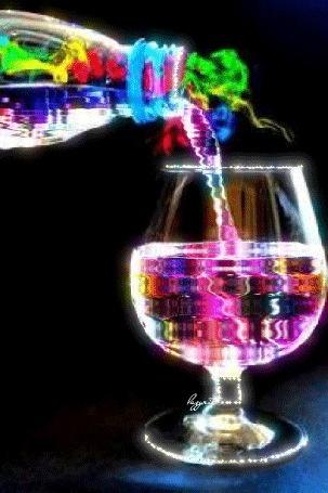 Анимация Цветная вода льется из бутылки в фужер