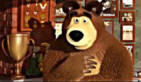 Анимация Медведь наблюдает как Маша моет посуду. Фрагмент из мультфильма Маша и Медведь