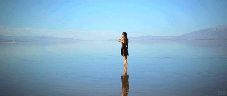 Анимация Девушка стоит задумавшись посреди озера, взявшись рукой за голову (© Seona), добавлено: 19.09.2015 20:00