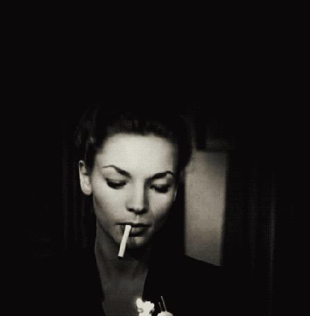 Анимация Американская актриса, признанная Американским институтом кино одной из величайших кинозвезд в истории Голливуда Лорен Бэколл / Lauren Bacall / прикуривает сигарету от зажигалки