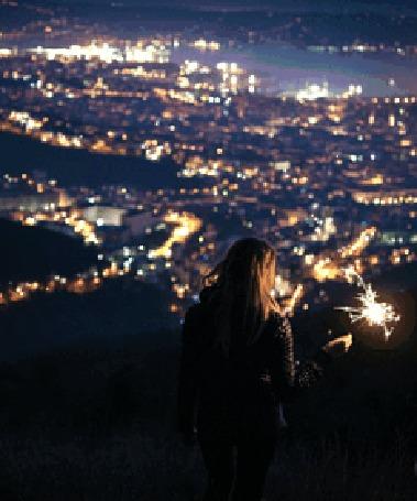 Анимация Девушка стоит на фоне ночного города