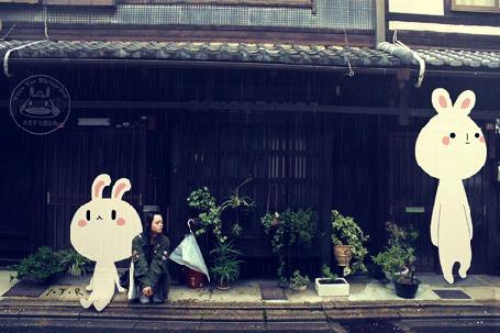 Анимация Девушка и кролики пережидают дождь (© Krista Zarubin), добавлено: 25.09.2015 12:12