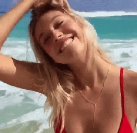 Анимация Девушка в купальнике улыбается на пляже и входит в море (© phlint), добавлено: 06.10.2015 10:30