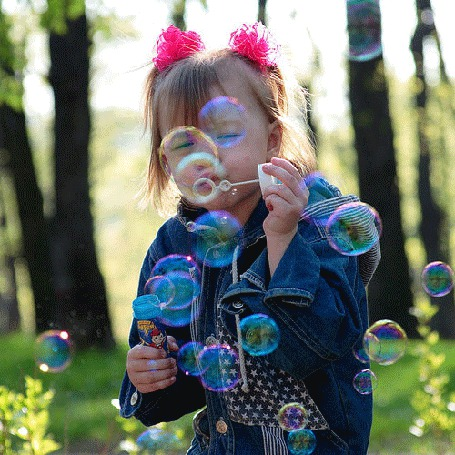 Анимация Девочка в лесу дует мыльные пузыри