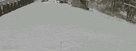 Анимация Парень протаптывает на снегу экзотическую картинку - пальмы на морском берегу, к которым привязан гамак, в который он потом ложится