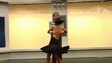 Анимация Парень танцует с девушкой, но вдруг по видимым причинам бросает ее посреди танца и сконфуженно уходит (© Anatol), добавлено: 14.10.2015 19:27