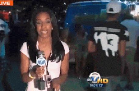 Анимация Девушка - репортер ведет передачу в прямом эфире, в это время к ней подбегает парень и целует ее в щеку