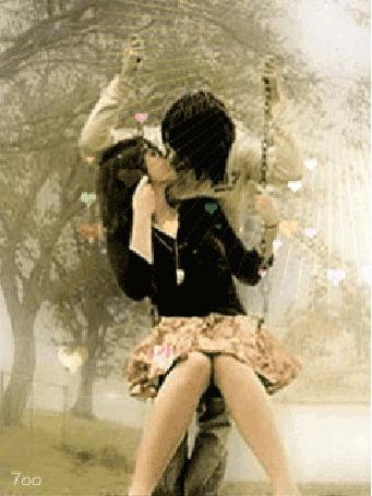 Анимация Девушка сидит на качелях, целуясь с парнем, их сердца переполняет любовь, 700 (© Ксюшечка), добавлено: 18.10.2015 16:18
