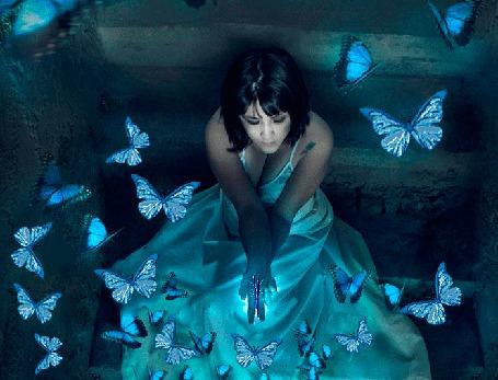 Анимация Девушка с голубыми бабочками