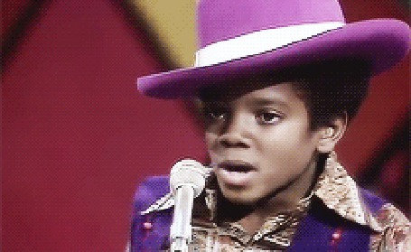Анимация Маленький Майкл Джексон в сиреневой шляпе поет в микрофон