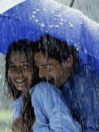 Анимация Мужчина и женщина смеются, стоя под ливнем