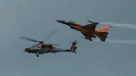 Анимация Самолет и вертолет на воздушном параде