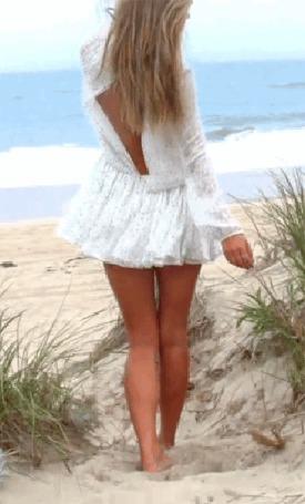 Анимация Ветер теребит на девушке идущей по песку к морю короткое, легкое, белое платье (© Akela), добавлено: 25.10.2015 01:14