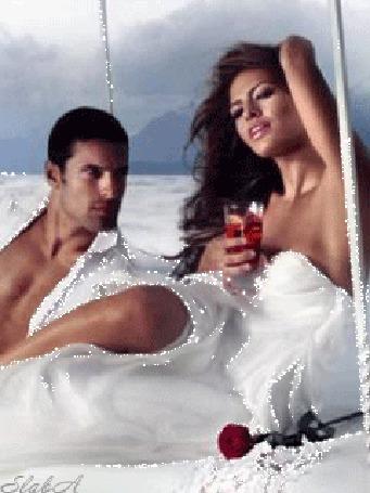 Анимация Мужчина пристально смотрит на сексуальную брюнетку, около которой лежит бордовая роза, Slaвa