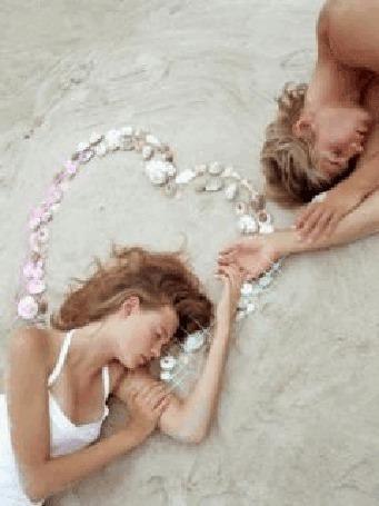 Анимация Девушка и мужчина лежат с закрытыми глазами на песчаном пляже, около них выложено сердце из ракушек (© Ксюшечка), добавлено: 25.10.2015 15:45