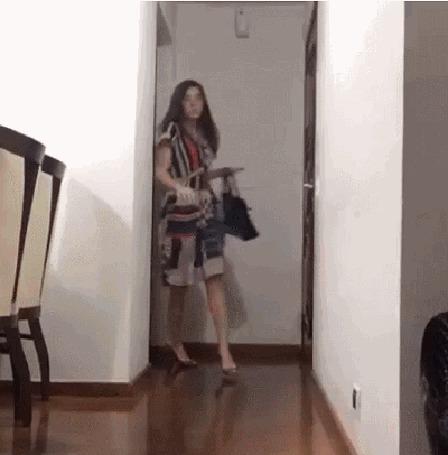 Анимация Девушка входит в комнату, у нее вдруг подворачивается нога и она картинно падает на пол (© Anatol), добавлено: 05.11.2015 20:59