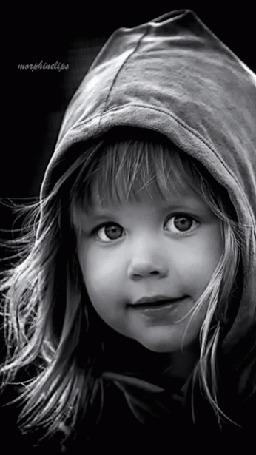 Анимация Девочка в капюшоне на голове нежно моргает глазками, morphinelips