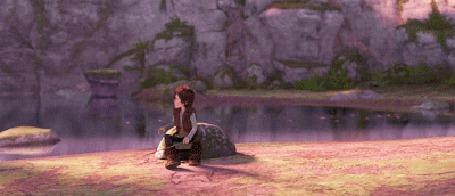 Анимация Иккинг наблюдает, как дракон Беззубик играет со стволом дерева, мультфильм Как приручить дракона / How to Train Your Dragon