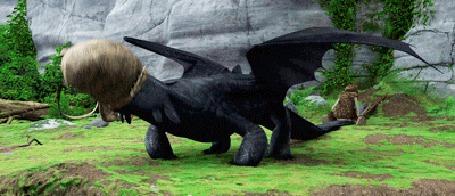 Анимация Дракон Беззубик играет с пустой корзиной, так вкусно пахнущей рыбой, в то время, как Иккинг пытается восстановить его покалеченный хвост, мультфильм Как приручить дракона / How to Train Your Dragon
