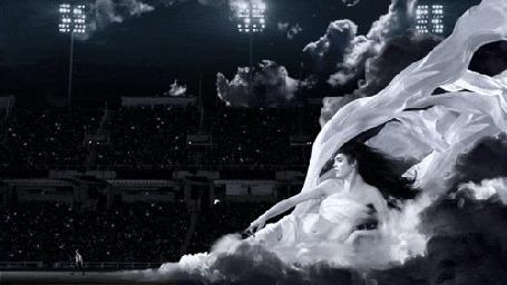Анимация Огромная девушка в белых развевающихся одеждах полулежит на стадионе и указывает пальцем на идущего, обнаженного до пояса игрока в рэгби Ника Янгкеста / Nick Youngquest/, ставшего лицом нового аромата Paco Rabanne Invictus (© Akela), добавлено: 13.11.2015 03:46