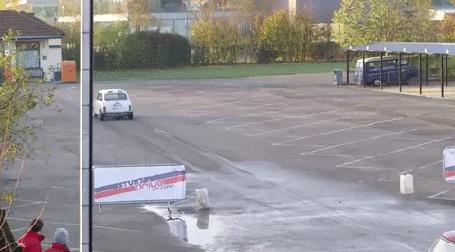 Анимация Автомобиль красиво паркуется на большой скорости, удачно попадая в узкую щель между двумя машинами на автостоянке