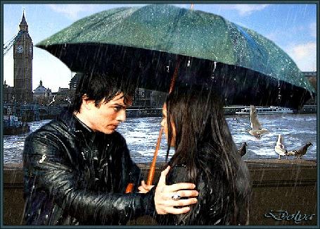 Анимация В Лондоне на мосту у реки, стоят под зонтом мужчина и девушка, идет дождь
