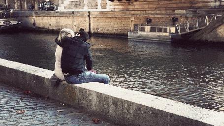 Анимация Влюбленная парочка обнимается на осенней набережной реки Сены, Франция (© phlint), добавлено: 18.11.2015 18:27