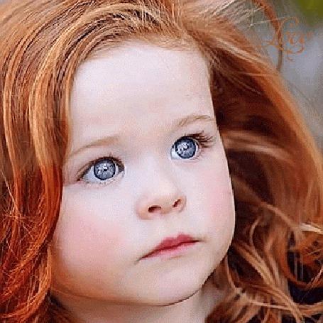 Анимация Рыжеволосая девочка моргает глазами