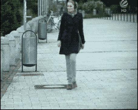 Анимация Заразительная сила искусства, девушка слушая задорную музыку, пытается станцевать на улице с ничего не понимающим мужчиной (© Anatol), добавлено: 27.11.2015 00:20