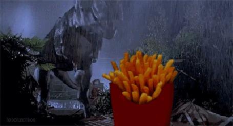 Анимация Динозавр T Rex из фильма Парк юрского периода рекламирует картошку фри