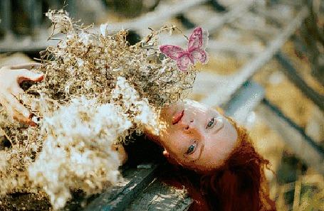 Анимация Девушка с букетом цветов и бабочкой на них (© zmeiy), добавлено: 30.11.2015 14:29
