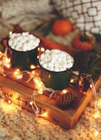 Анимация Кружки какао с маршмеллоу на деревянном подносе, рядом сверкающая новогодняя гирлянда (© BlackAssol), добавлено: 14.12.2015 14:34