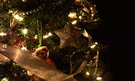 Анимация Золотистая звезда на празднично украшенной игрушками новогодней ели