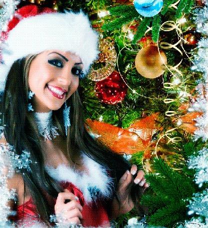 Анимация Красивая Снегурочка стоит улыбаясь и моргая ресницами у новогодней елки