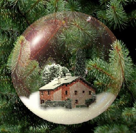 Анимация В стеклянном шаре висящем на елке, стоит домик в снегу на фоне леса, с неба идет снег