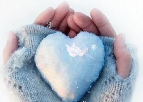 Анимация Девичьи руки держат сердечко из снега, в котором летает девушка эльф (© Akela), добавлено: 26.12.2015 02:19