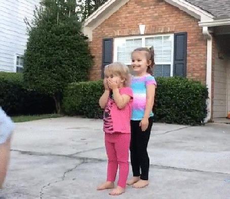 Анимация Мужчина в прыжке преодолевает препятствие в виде двух девочек, такую игру может придумать только папа