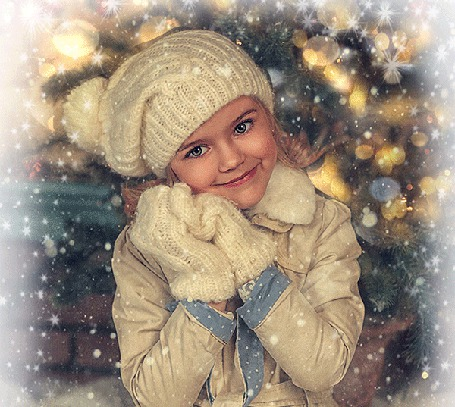 Анимация Девочка в варежках и шапочке под падающим снегом