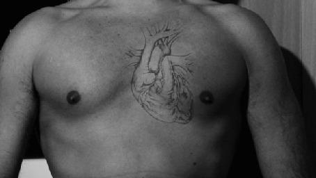Анимация Татуированное сердце бьется на обнаженной груди мужчины