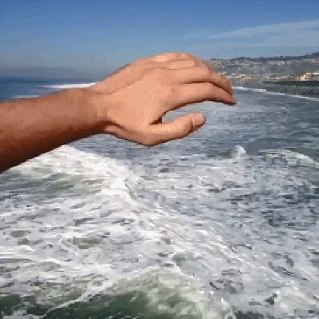 Анимация Рука отодвигает волну