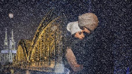 Анимация Влюбленные парень и девушка стоят под обильным снегопадом, возле моста