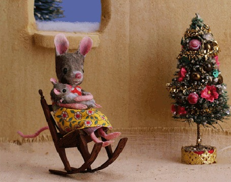 Анимация Мама мышка в кресле-качалке убаюкивает мышонка рядом с Новогодней елочкой (© zaberluskoni), добавлено: 14.01.2016 10:32