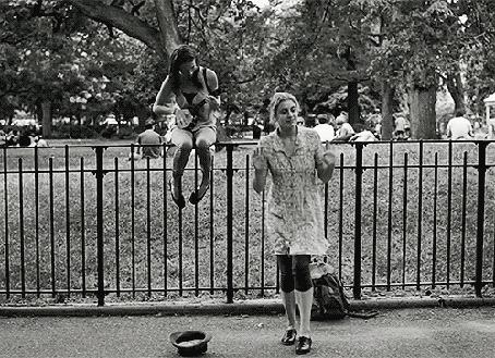 Анимация Девушка сидит на заборе и играет на музыкальном инструменте, а ее подруга танцует (© zmeiy), добавлено: 18.01.2016 20:54