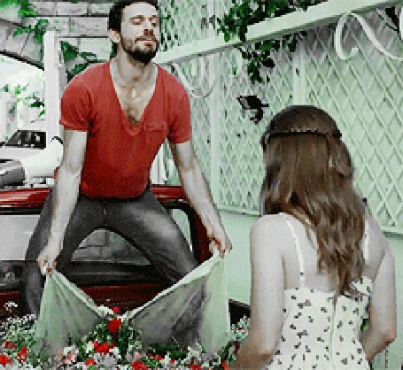 Анимация Мужчина засыпает девушку цветами