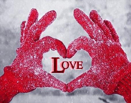 Анимация Пальцы рук в красных перчатках изобразили форму сердечка, внутри которого надпись LOVE (ЛЮБОВЬ), с чередованием букв