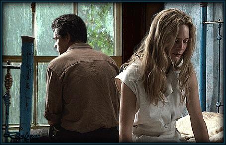 Анимация В комнате, на кровати сидят грустные мужчина и девушка, за окном идет дождь, кадр фильма Изгнание