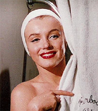 Анимация Marilyn Monroe / Мэрилин Монро выглядывает из-за шторки в ванной