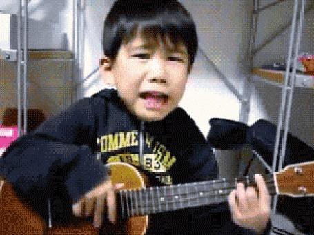 Анимация Маленький мальчик играет на гитаре и поет